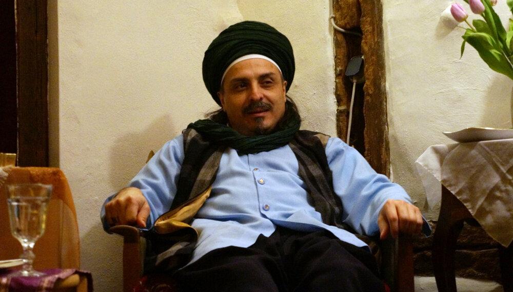 Sheik sitzt von vorn