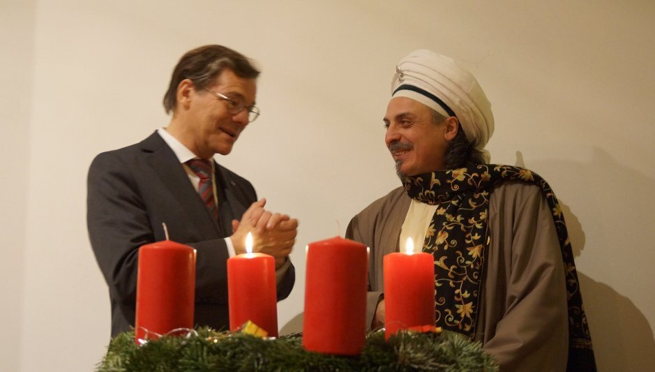 Sheik hinter 4 Kerzen