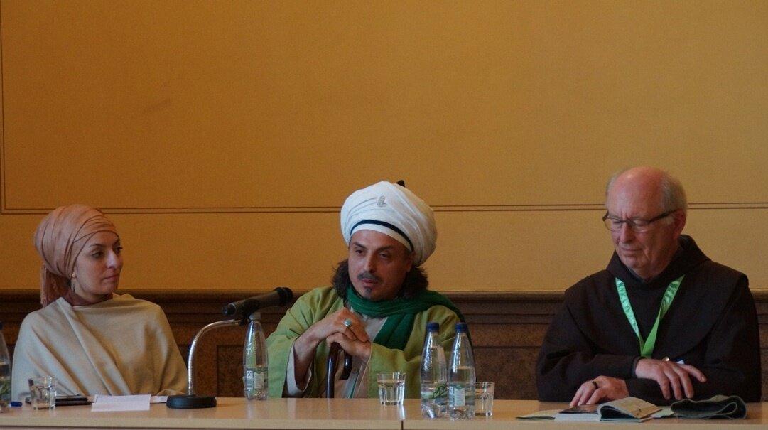 Sheik sitzt zwischen zwei Menschen