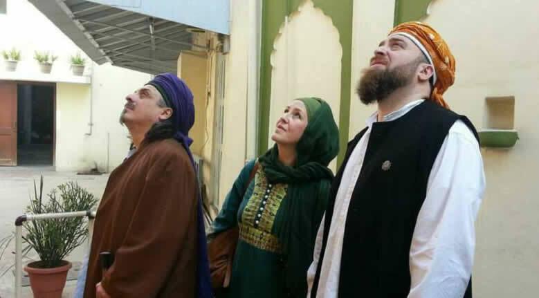 Drei Menschen schauen in den Himmel