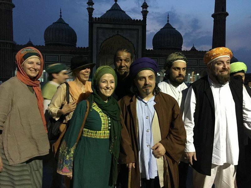 Sheik mit Menschen im Dunkeln