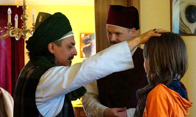 Sheik fässt Kind auf Kopf