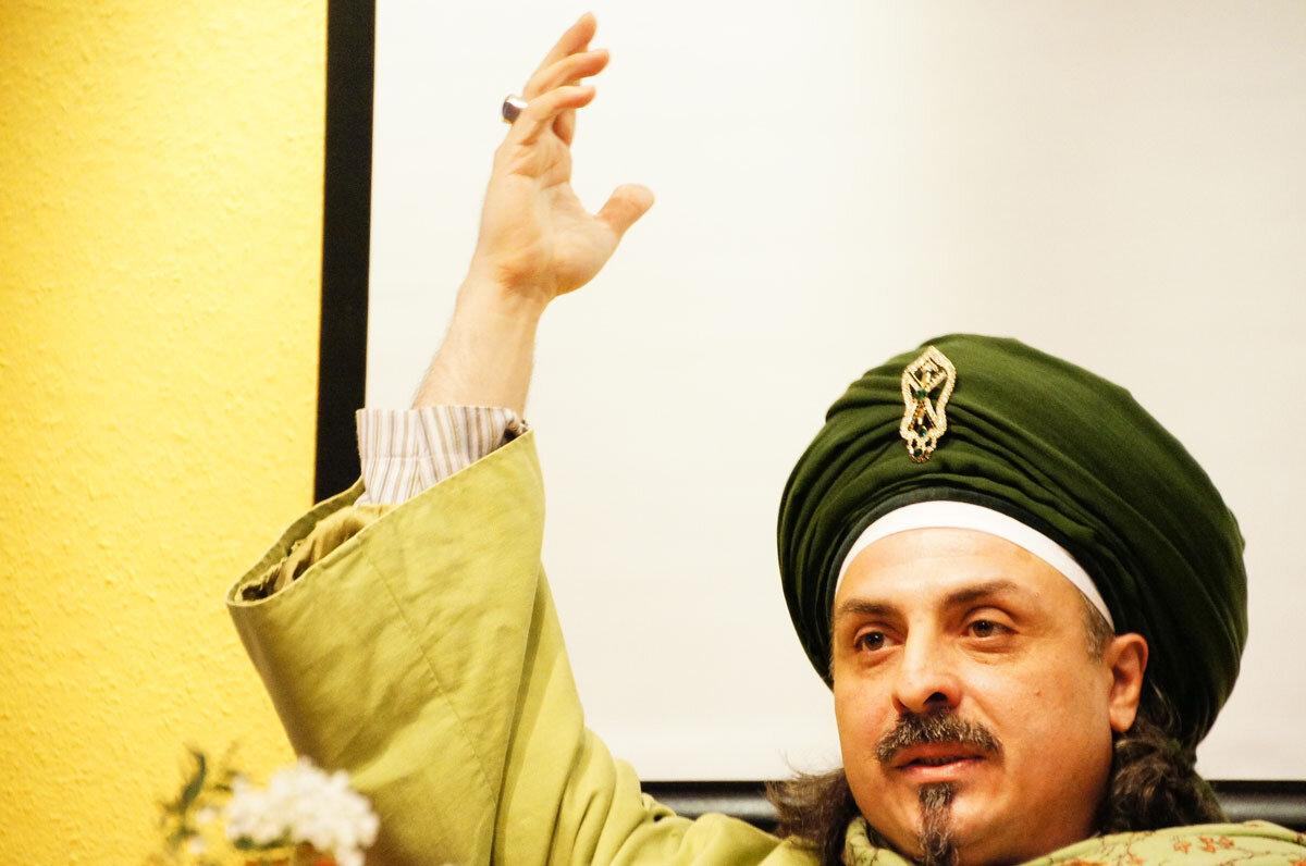 Sheik mit Arm oben