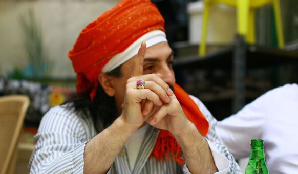 Sheik mit rotem Kopftuch