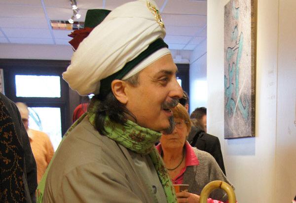 Sheik lächelt an die Wand