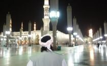 Sheik vor Marmor