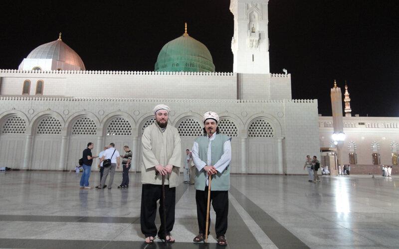 Sheik und Freund vor Marmor