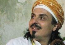 Sheik lächelt nach oben