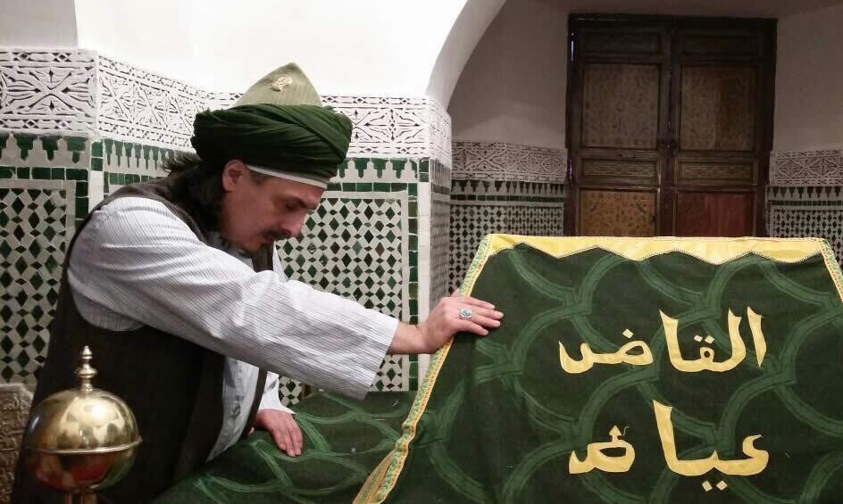 Sheik fässt grünes Tuch an