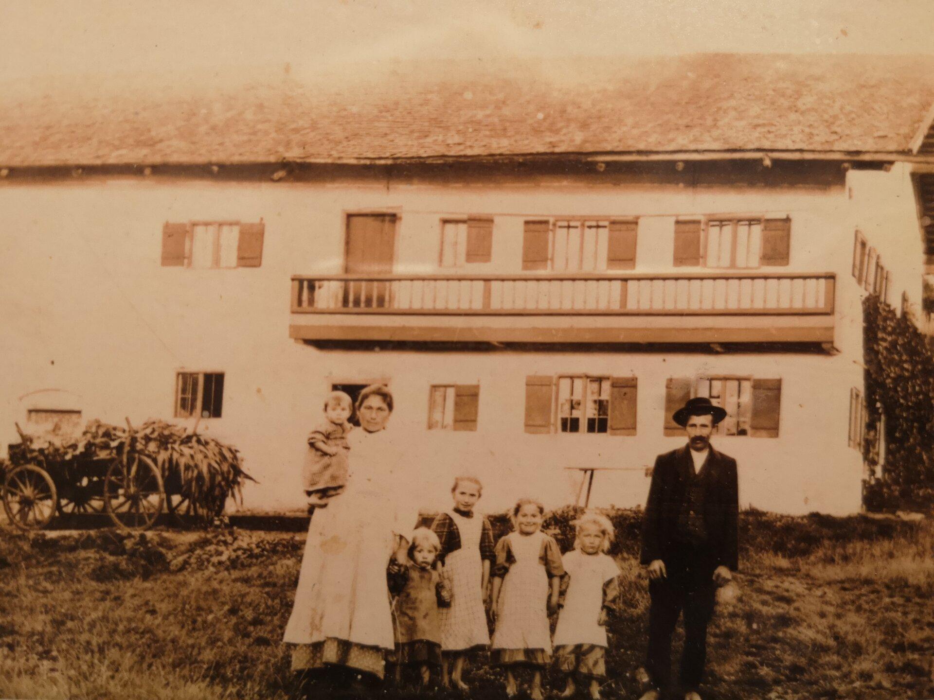 Altes_Foto_vor_Haus