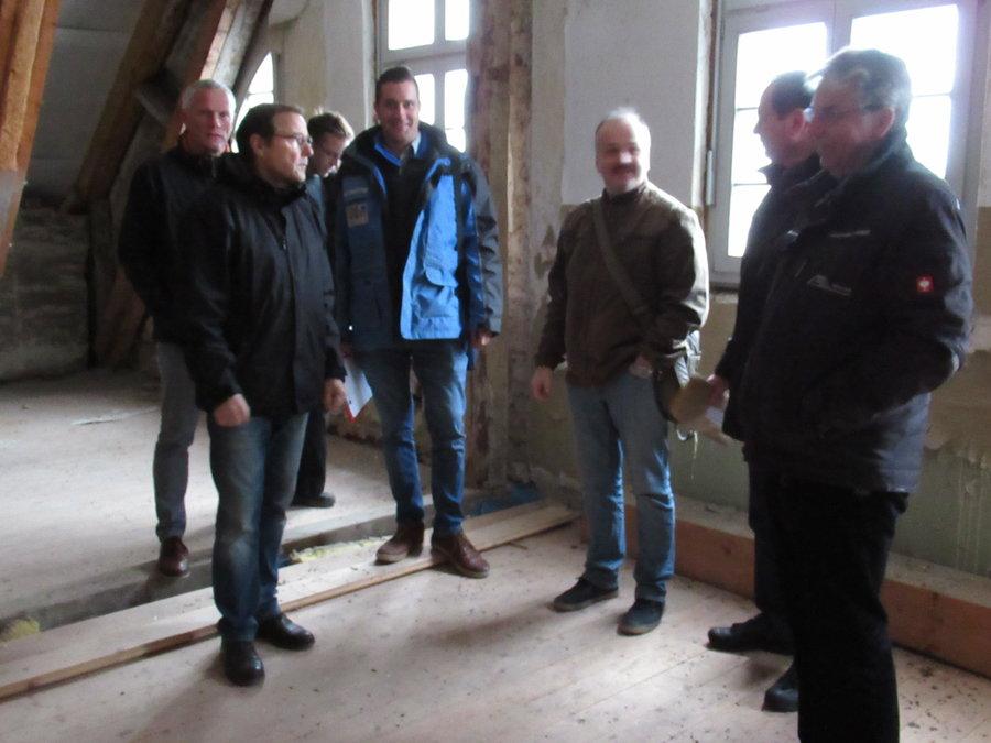 Baubesprechung auf dem Dachboden