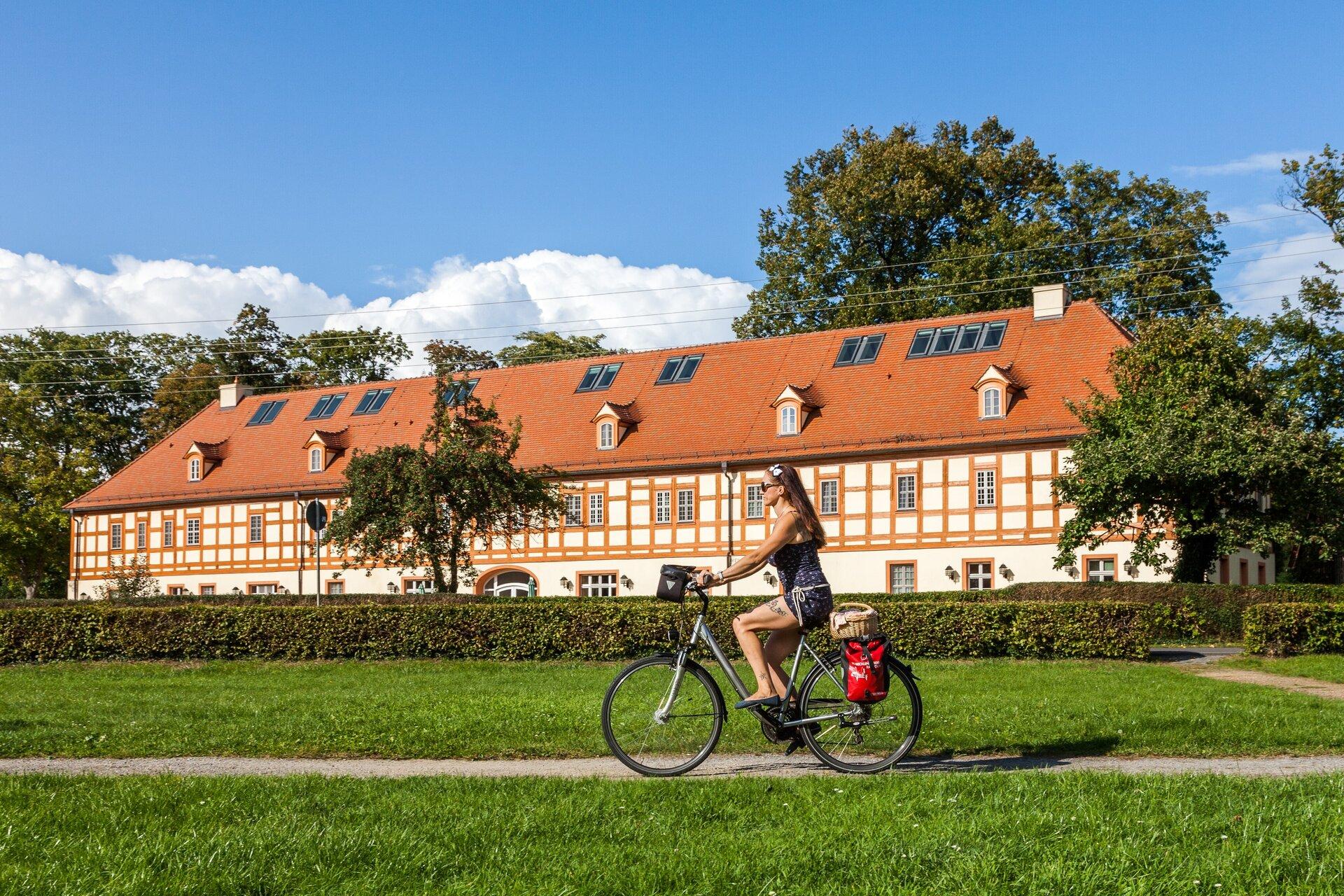 Radfahrer vor dem Lübbenauer Marstall, Foto: Peter Becker