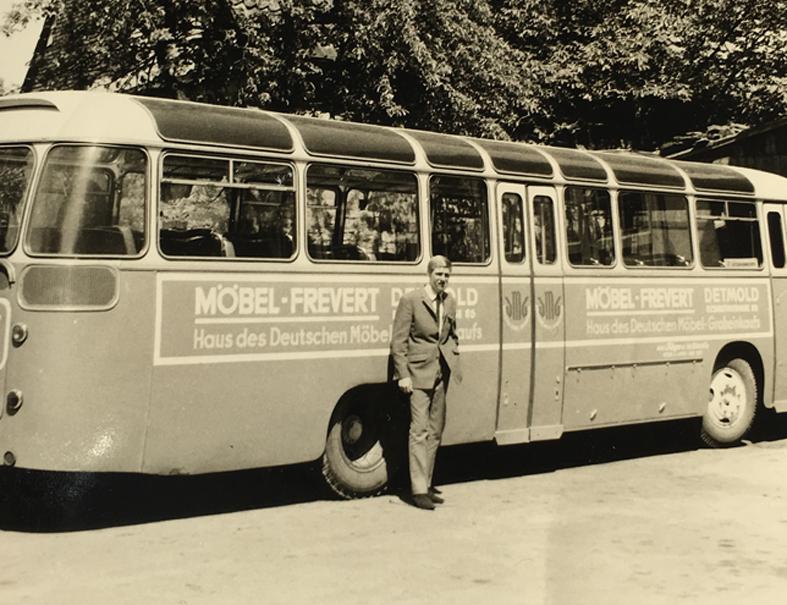 Reinhard Bicker vor Bus