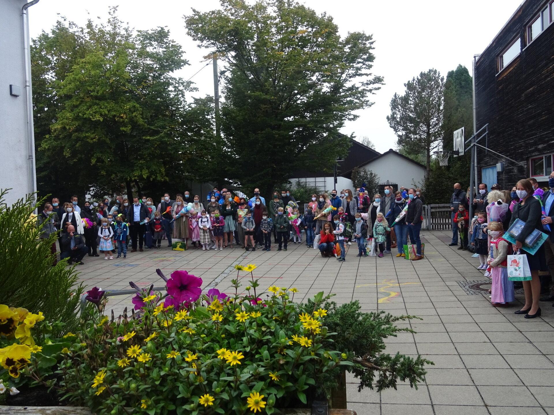 Schüler auf dem Hof am ersten Schultag