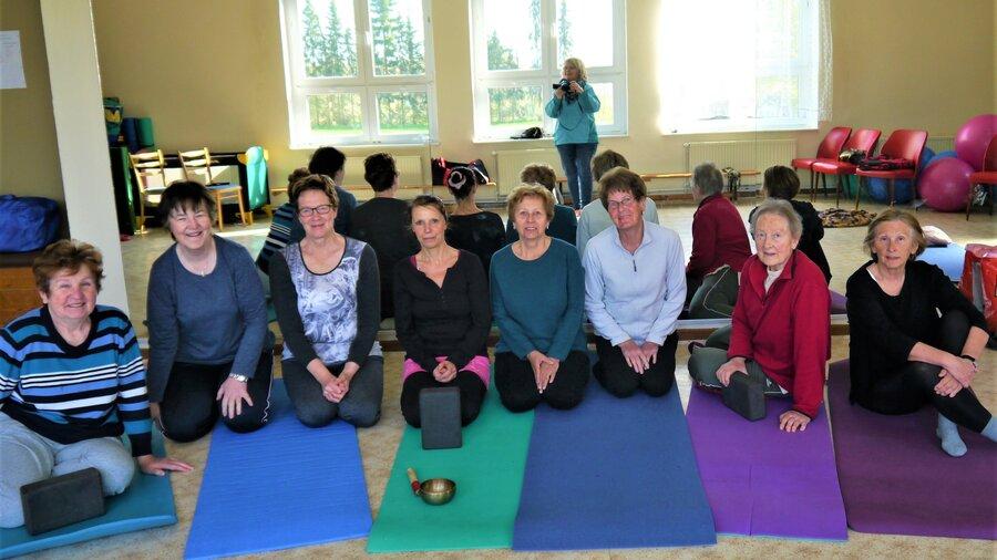 Dolores mit Teilnehmerinnen der Yoga-Gruppe