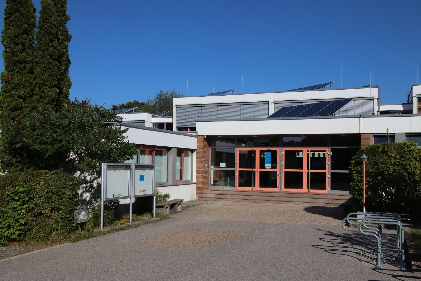 Schulhaus Eingang