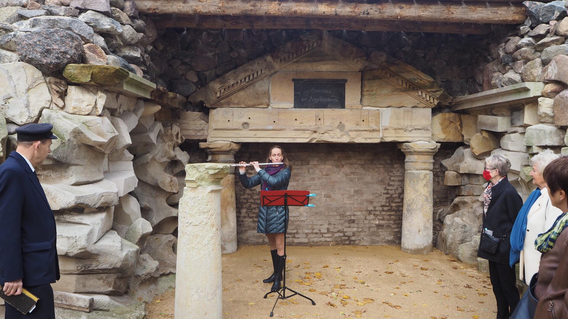 """Querflöten-Intermezzo vor dem wiederhergestellten """"Tempelchen"""",  Querflötistin Katherina Kuhlmann aus Zachow, foto: S. Weber"""