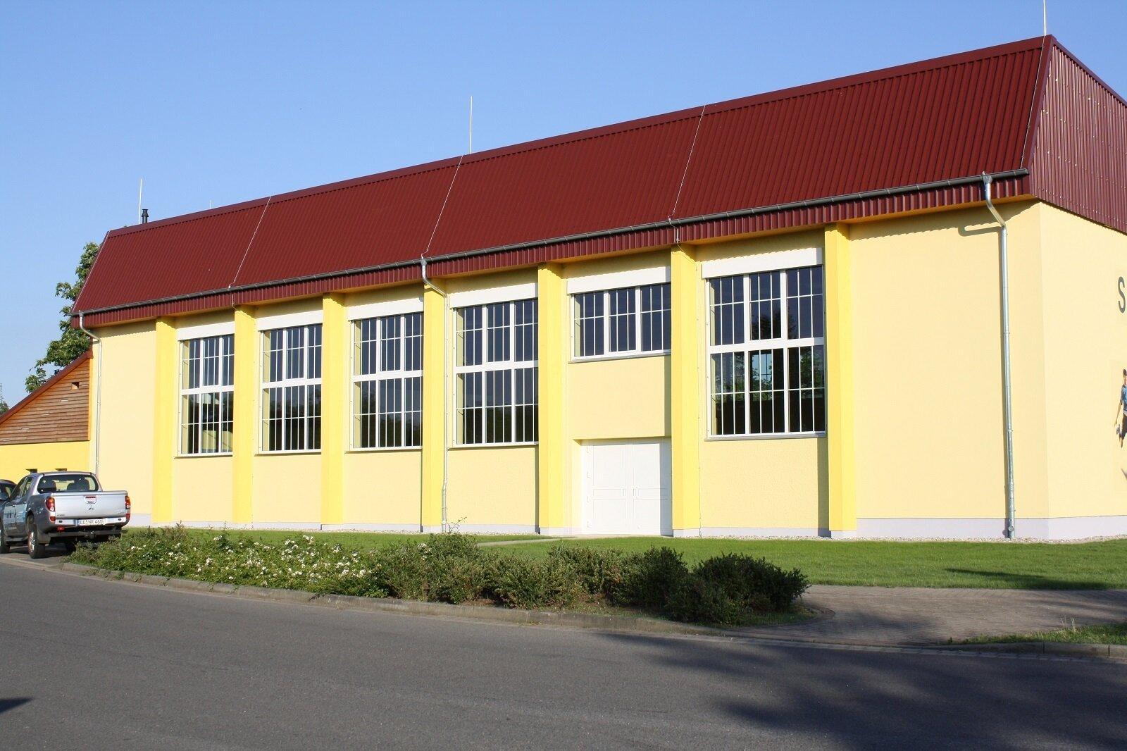 Seitenansicht Sporthalle Tröbitz
