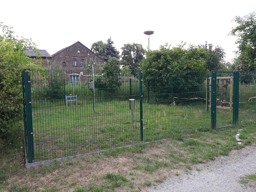 Die neue Wetterstation auf der Streuobstwiese. (Foto: K. Strutzberg)