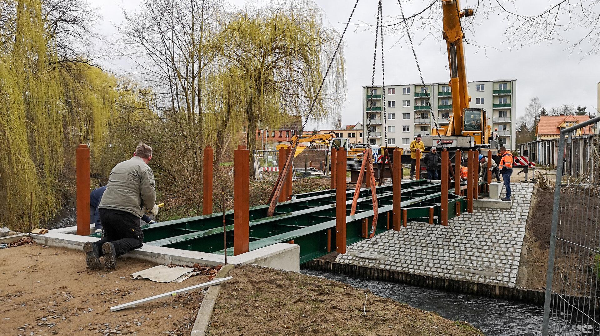 Die Stahlkonstruktion für die neue Brücke wird montiert. Foto: Beate Vogel