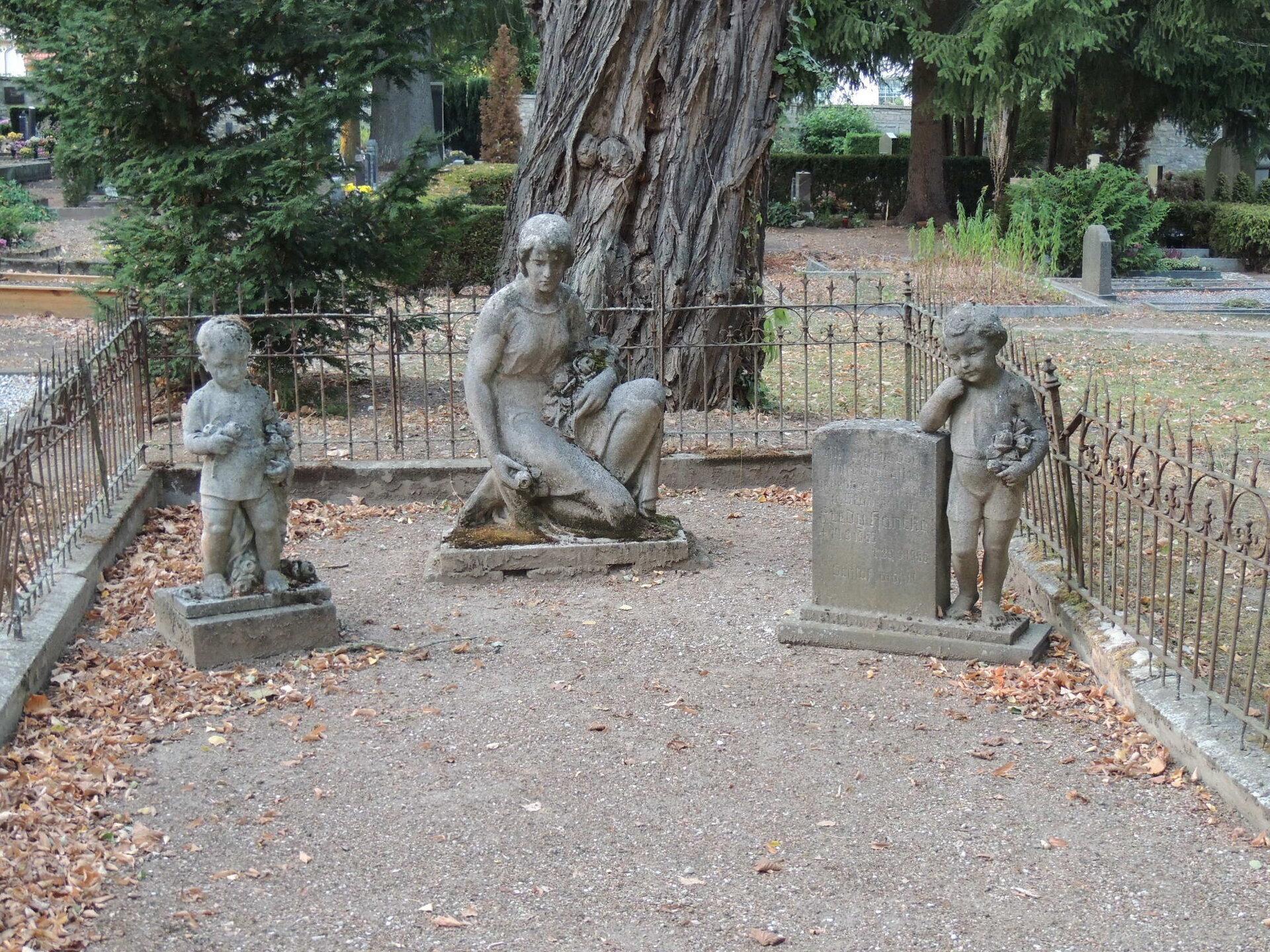 Abgebaute Figuren von Grabmälern auf dem Friedhof Querfurt