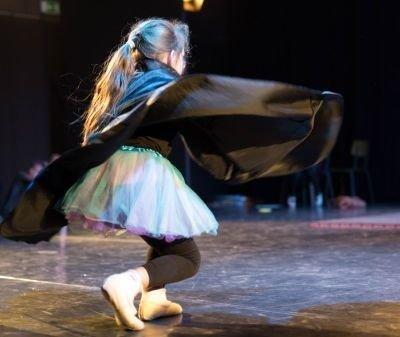 Tanzaufführung Mädchen mit Unhang