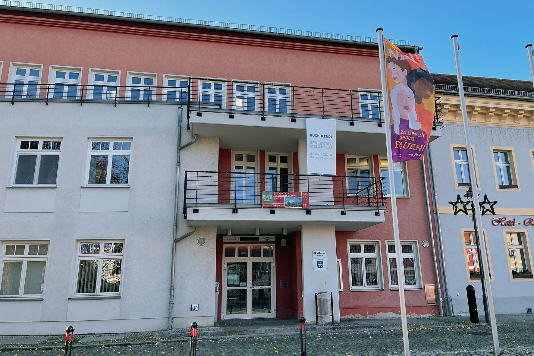 Gehisste Flagge zum internatioalen Tag gegen Gewalt an Frauen vor dem Rathaus, Foto: Stadt Lübbenau/Spreewald
