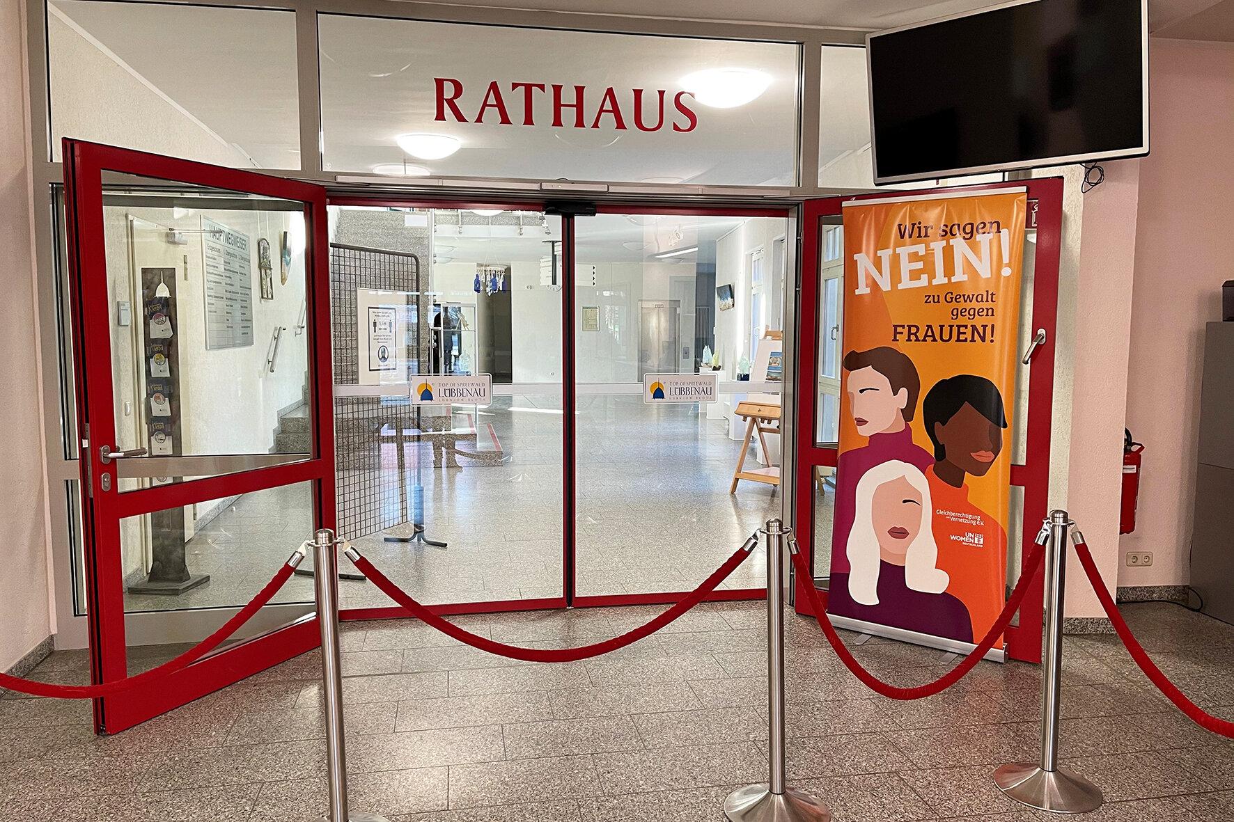 Roll up Banner zum Internationalen Tag gegen Gewalt an Frauen im Bürgerbüro, Foto: Stadt Lübbenau/Spreewald