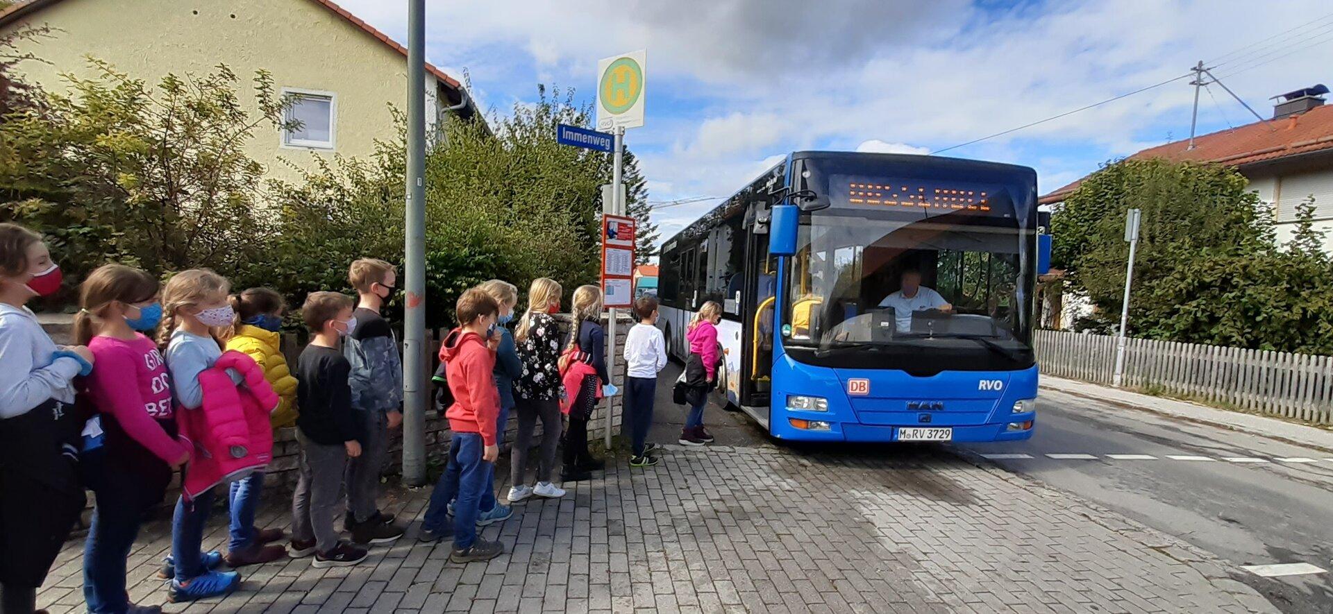 Kinder beim Bus