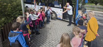 Busfahrer erklärt den Kindern