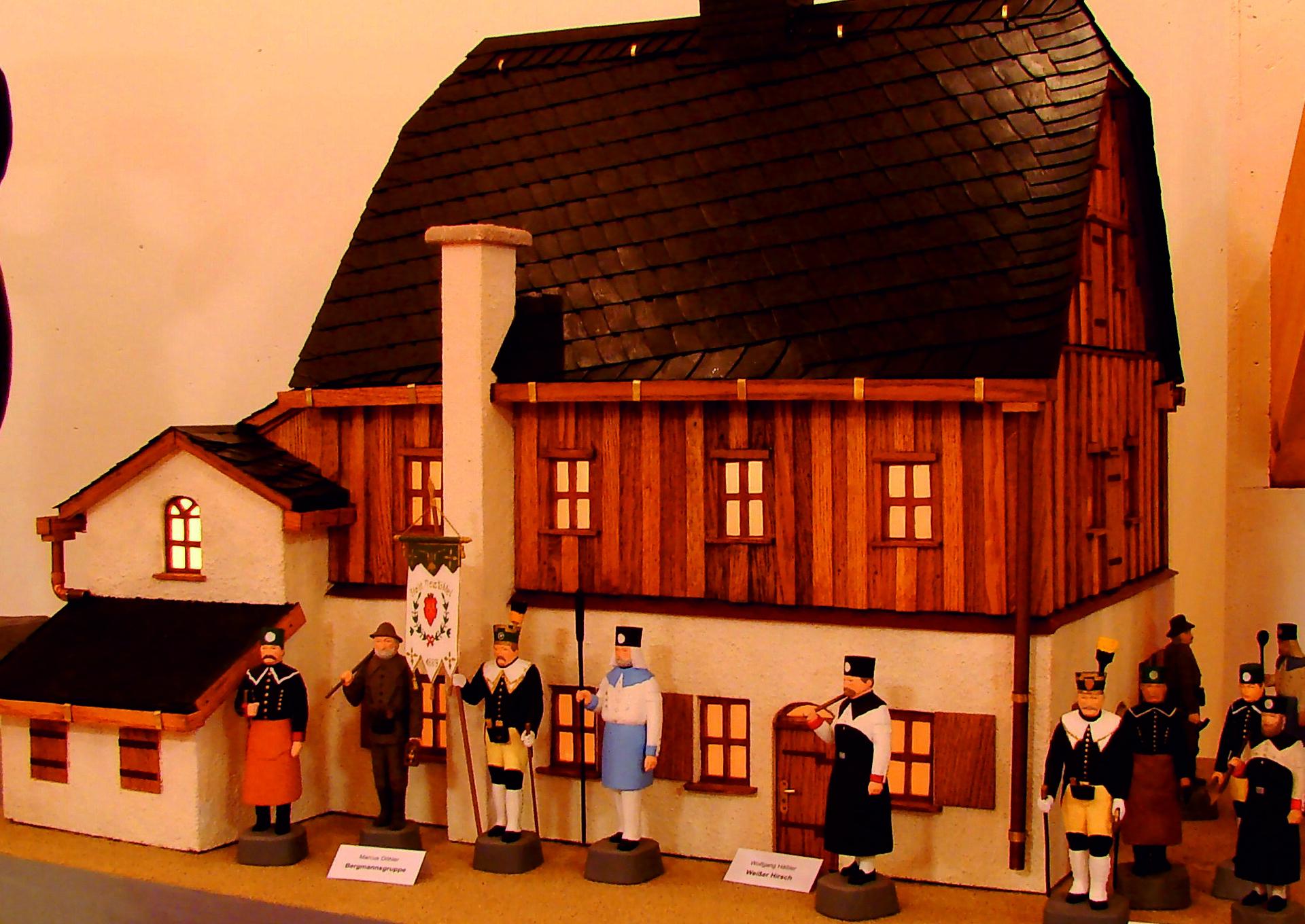 geschnitztes Holzhaus mit Figuren