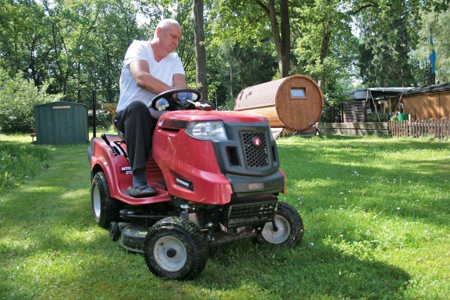 Platzwart Peter Kepp in seinem Element, er mäht den Rasen.
