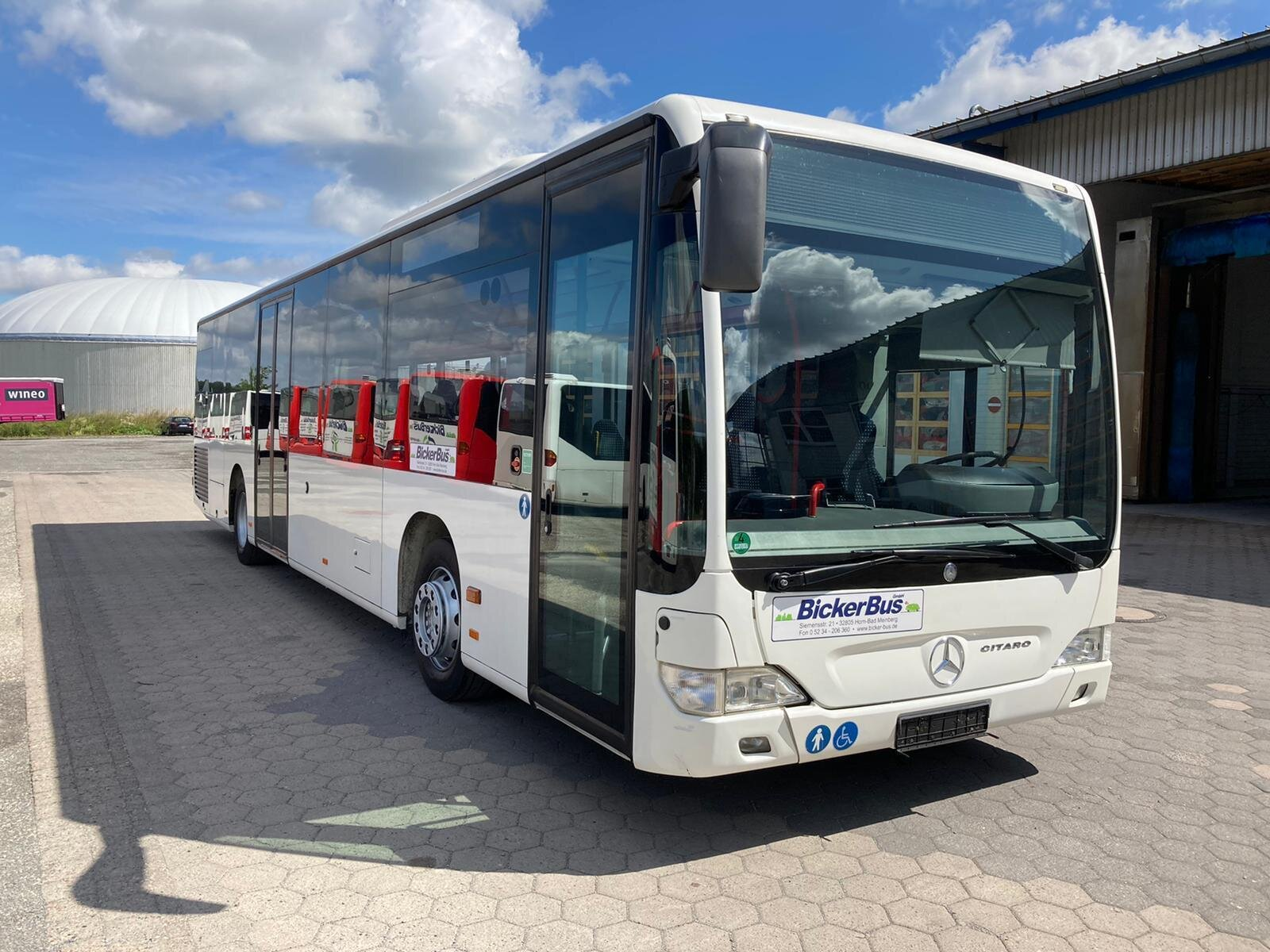 neuer weißer Bicker Bus