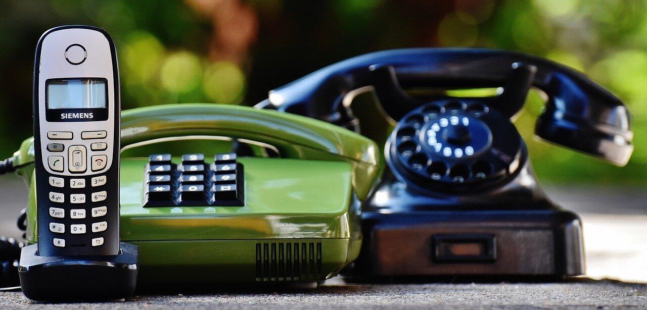 Bild zeigt drei verschiedene Telefone, Foto: pixabay