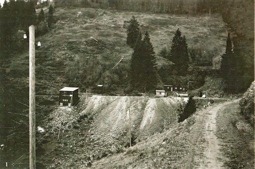 Grube Tannenboden. Rechts im Bild das Mundloch vom Tannenbodenstollen II, links die Bergstation der Kleinseilbahn, fotografiert vom Fahrweg Wieden-Laitenbach in Richtung Aitern-Rollspach. Bild: M. Wietzel