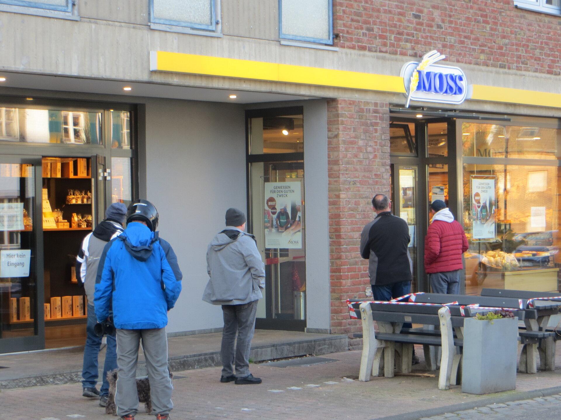 vor Bäckerei Moss in der Dorfstrasse