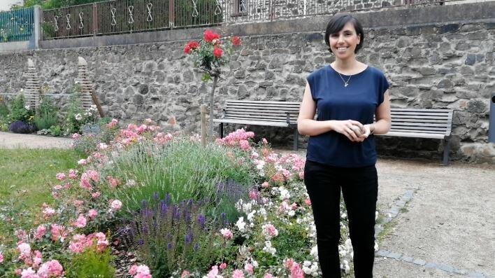 Bild zeigt Olivia Metzendorf vor dem Rosengärtchen am Mainufer; Foto: Maintal Aktiv - Freiwilligenagentur