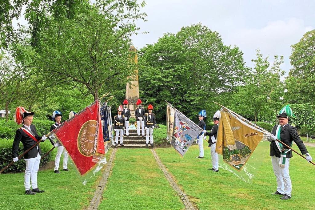 Coronabedingt fand die Kranzniederlegung der Vereinigten Schützen an Fronleichnam am Kriegerehrenmal im kleinen Rahmen statt.