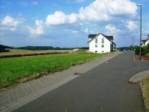 Ansicht aus Richtung Hauptstraße Süd-West-Ansicht in Richtung Dommershausen Grundstücke 11,10,9