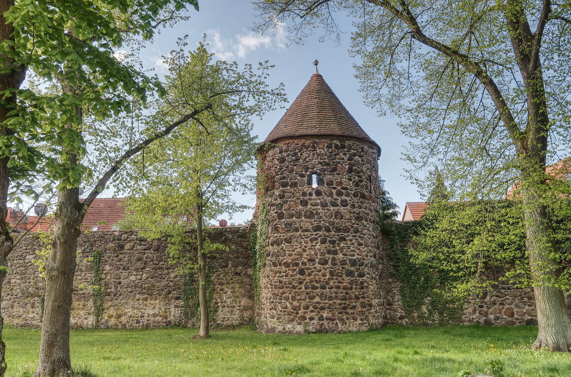Stadtmauer mit Wehrturm. Foto: Lars Schladitz