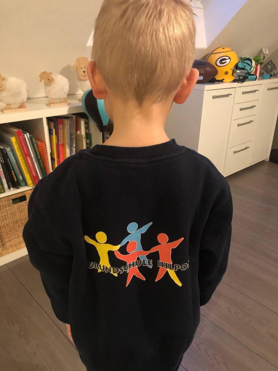 Sweater mit Schullogo