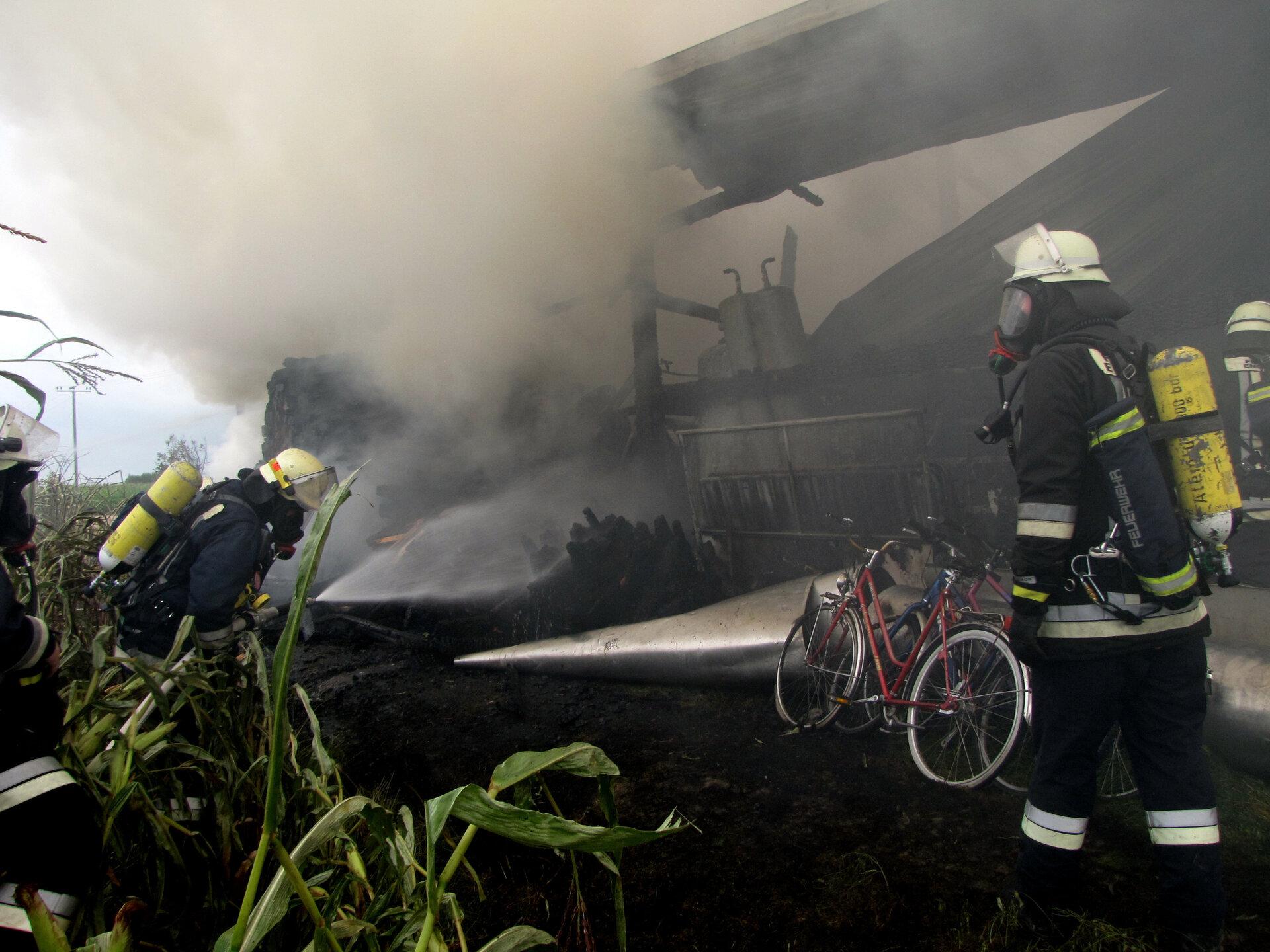 Einsatz von Atemschutzgeräteträgern beim Brand einer Scheune 2016