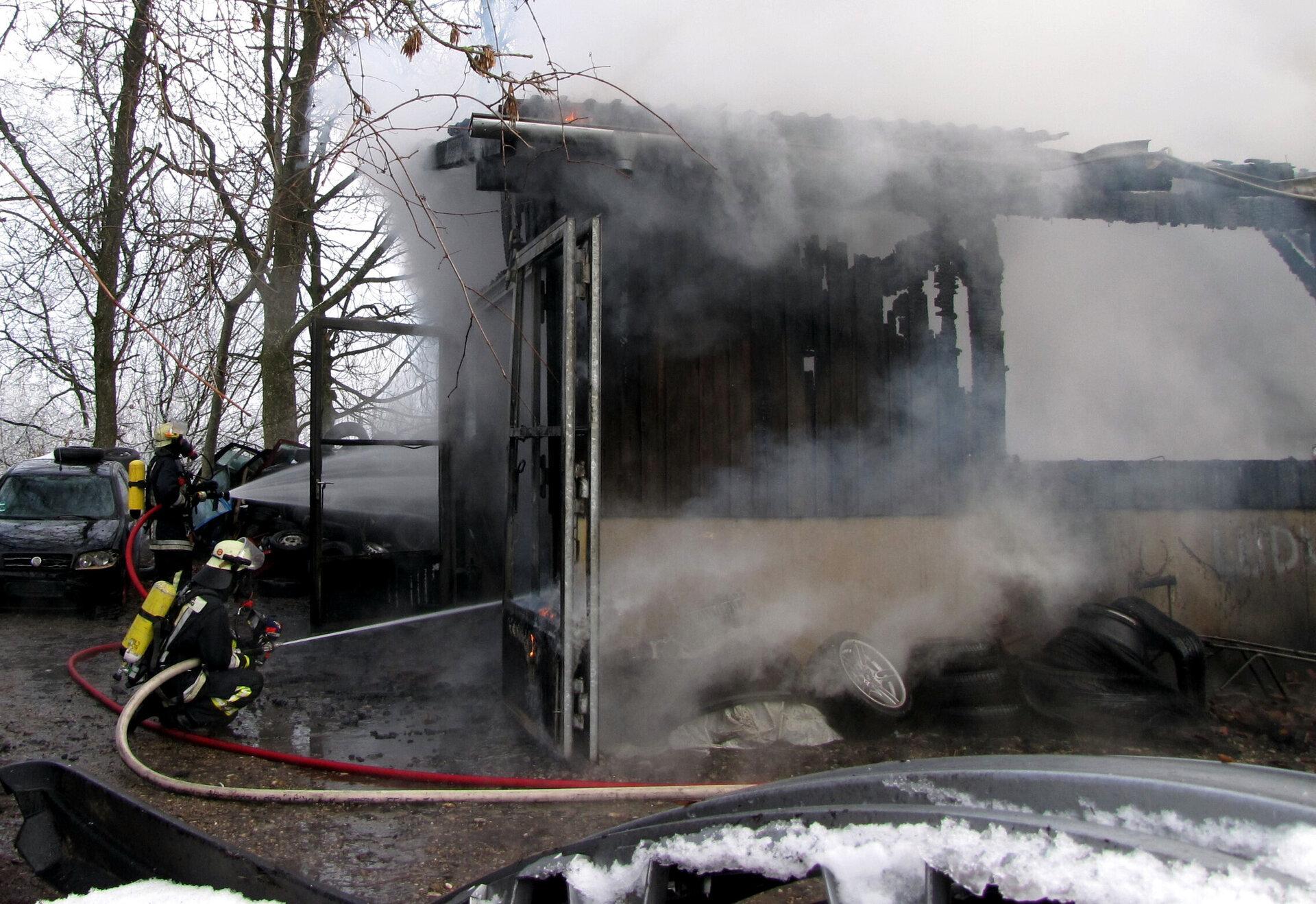 Löschangriff unter Atemschutz beim Brand einer Werkstatt 2016