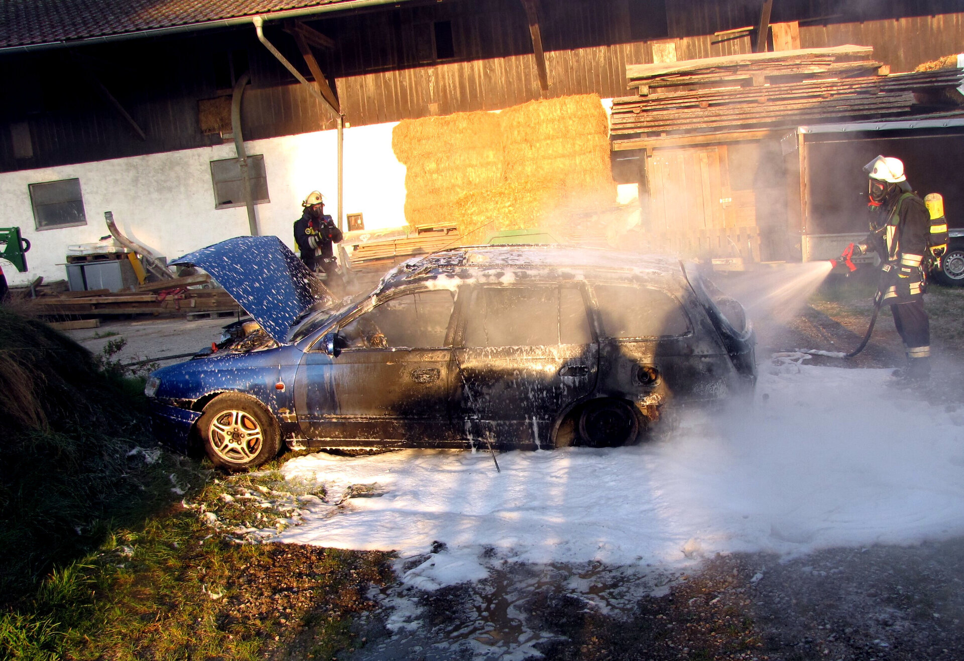 Einsatzkräfte unter Atemschutz löschen einen PKW-Brand 2016