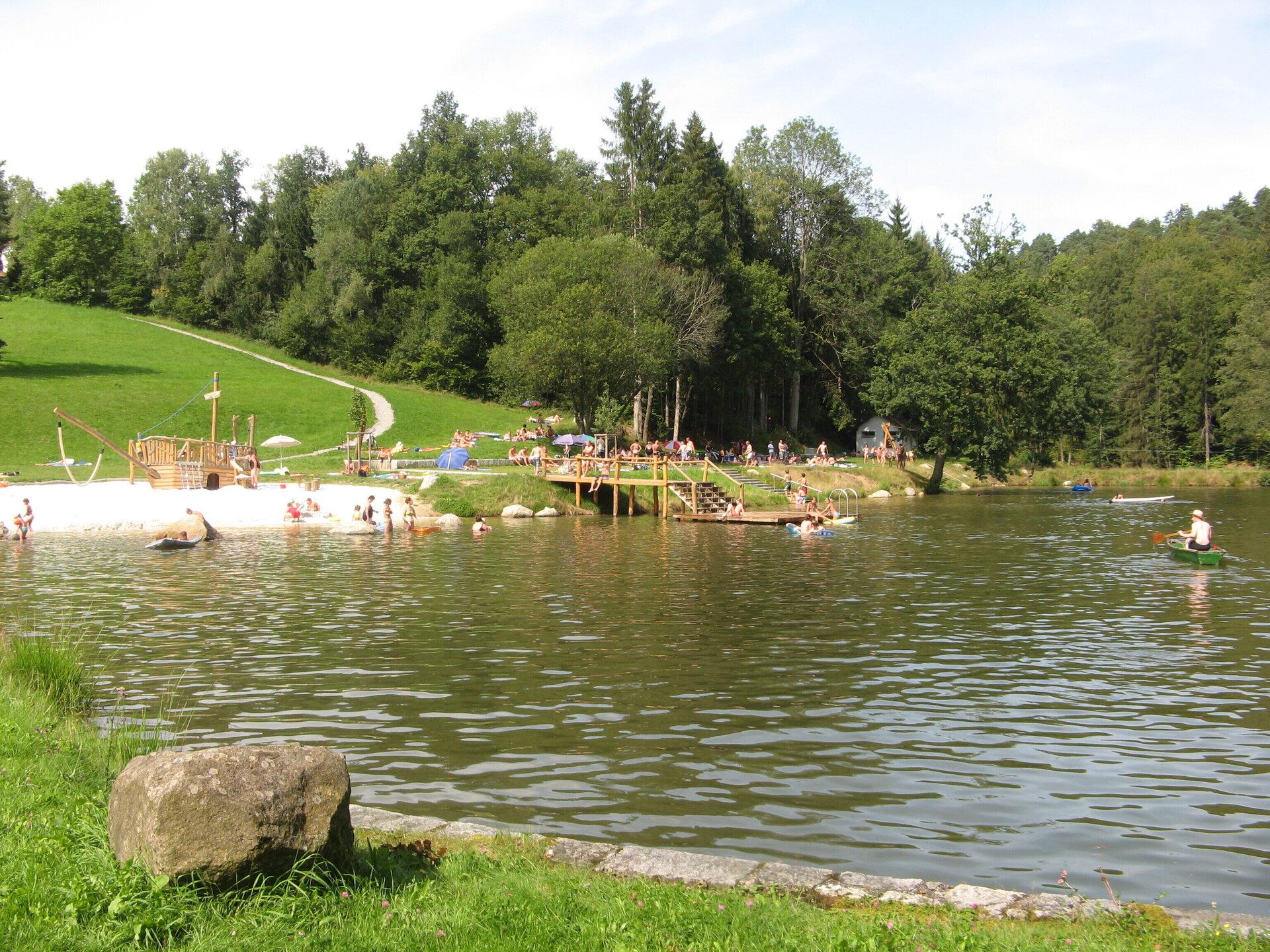 Schwimmen und Rudern am Badesee