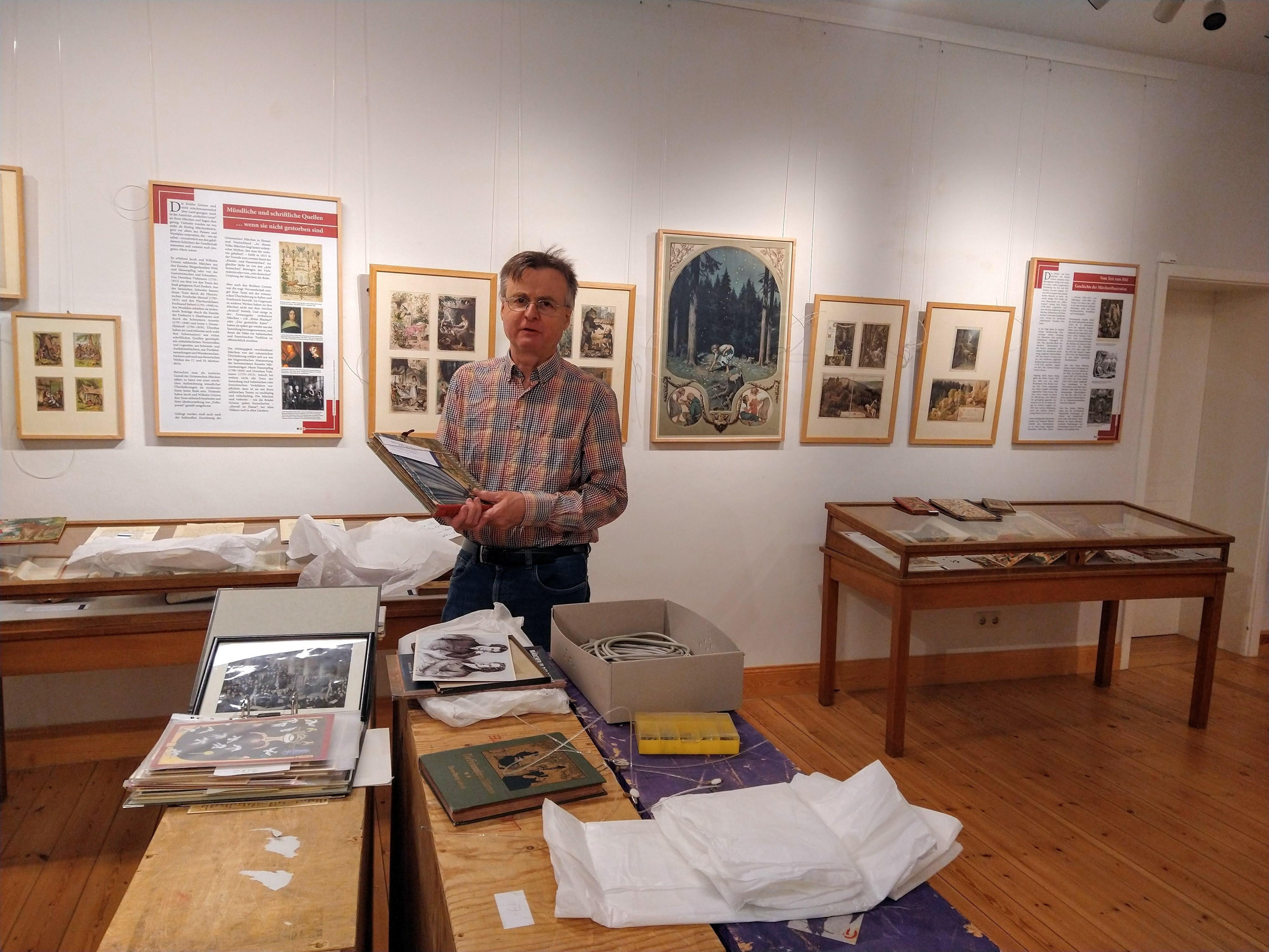 Dr. Bernhard LLauer beim Aufbau der Sonderausstellung / Foto: Stadt Perleberg