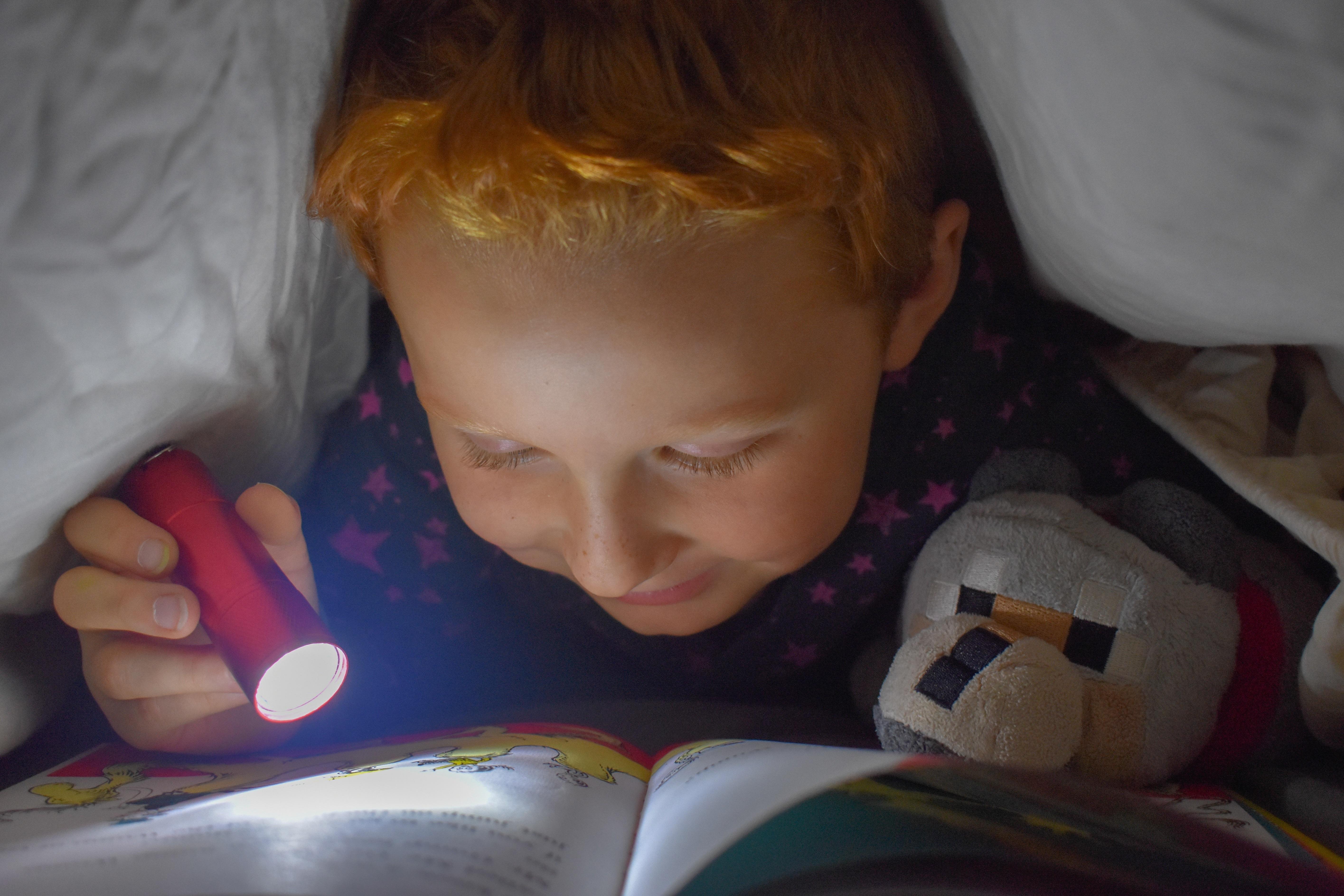 Lesen unter der Decke