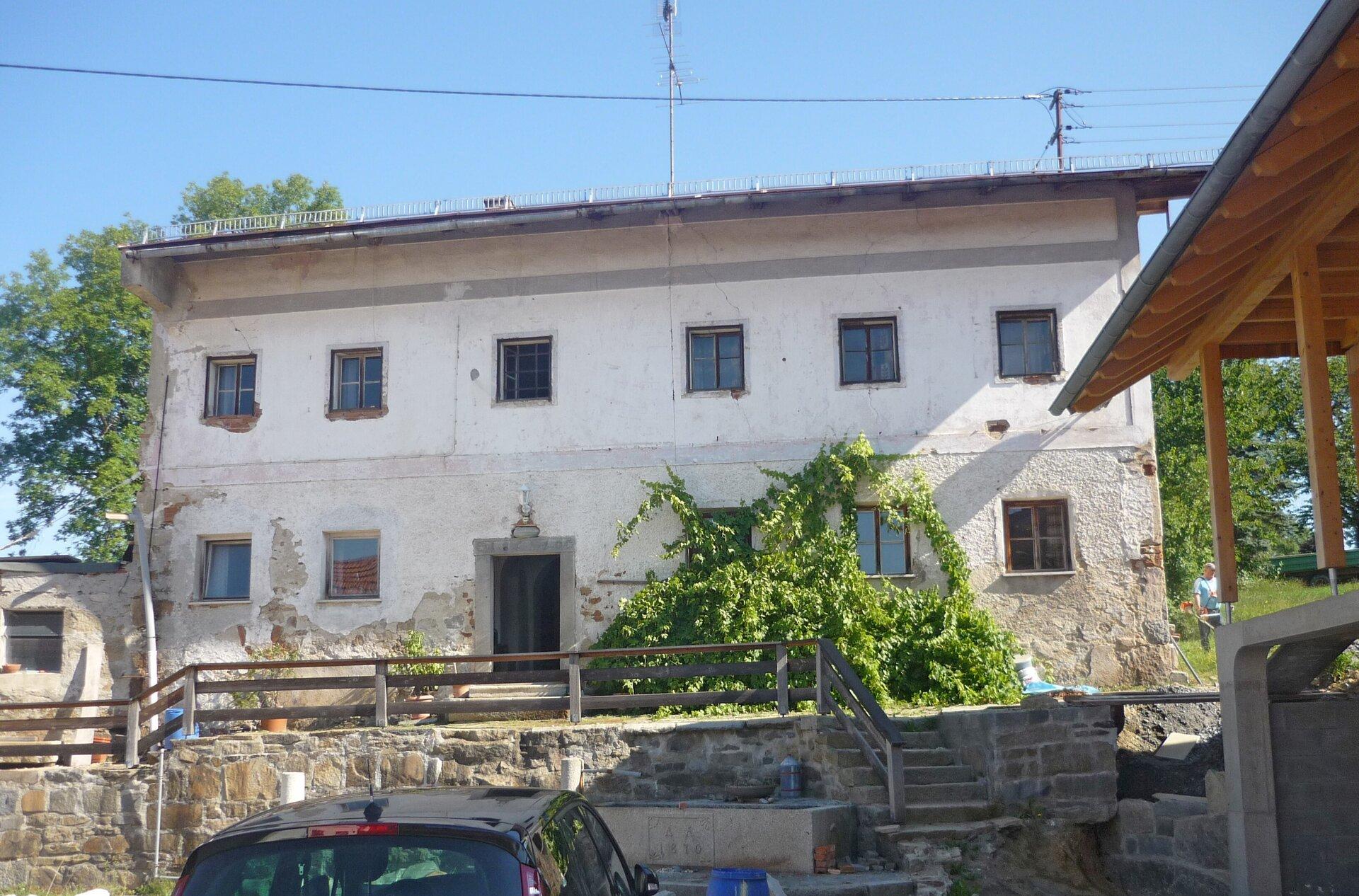 Altes Wohngebäude vor der Renovierung