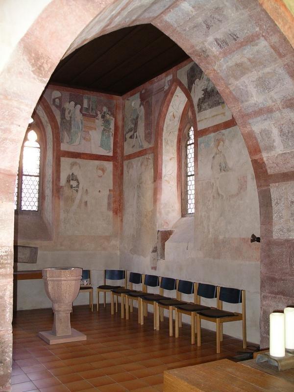 Blick in den Chor mit Fresken