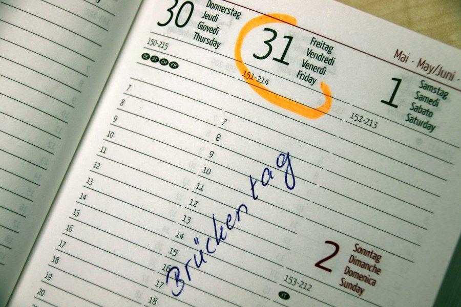 Das Bild zeigt einen Kalender.